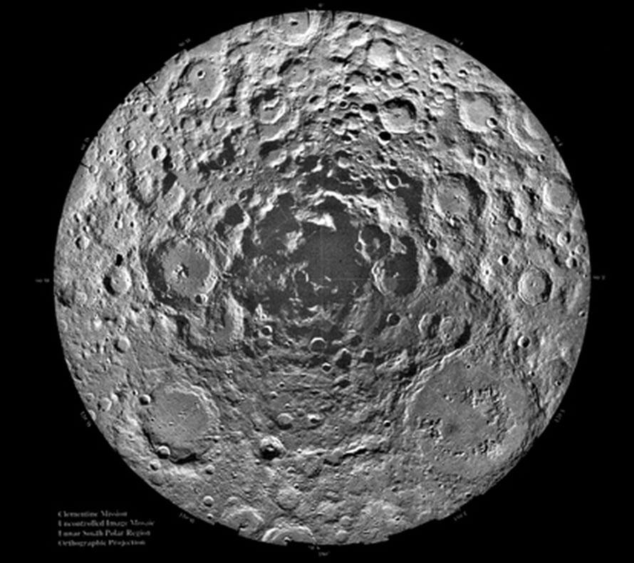 """Clementine-luotaimen kuva Kuun eteläiseltä navalta. Kuva: <span class=""""photographer"""">NASA</span>"""