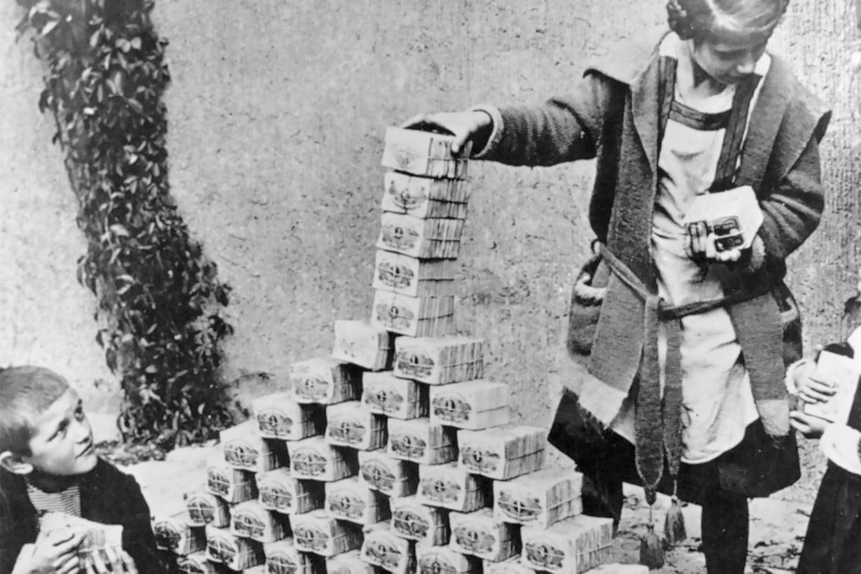 1923: Ennen tarkoin varjellut seteliniput päätyivät lasten leikkeihin rakennuspalikoiksi. Kuva: Alamy/MVPhotos