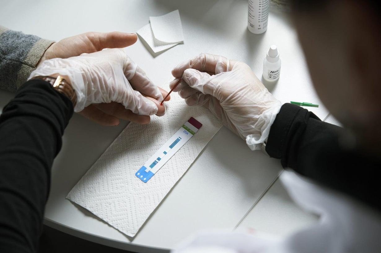 Verinäytettä otetaan hiv-testiin. Kuva: Kimmo Räisänen