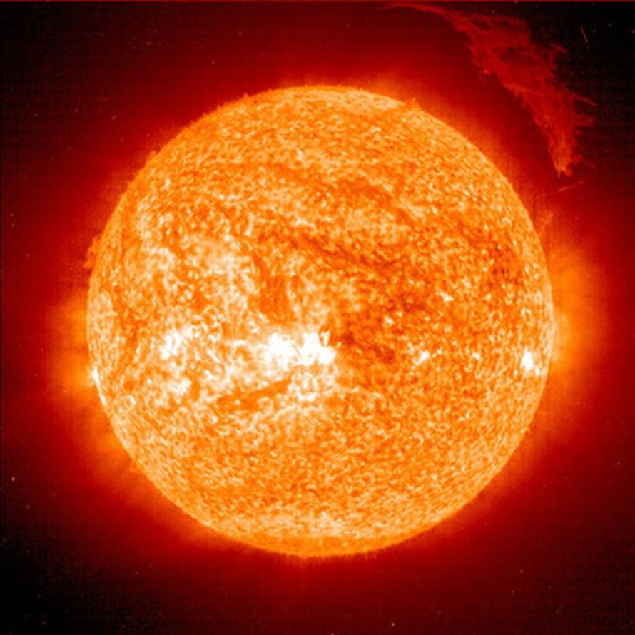 """Maahan saapuu tunnissa enemmän energiaa Auringosta kuin planeetallamme käytetään koko vuodessa. Kuva: <span class=""""photographer"""">SOHO/ESA/NASA. Aurinko.</span>"""