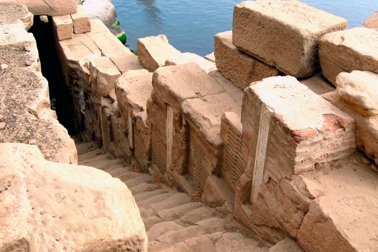 Muinaisten säätieteilijöiden nilometrit, veden korkeuden tarkkailuun louhitut portaikot, pysyivät käytössä, kunnes Assuanin suurpato päätti Niilin tulvat. Kuva: Wikimedia Commons