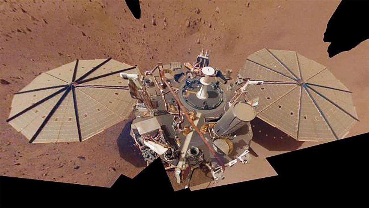 Insightin omakuva koottiin monesta otoksesta. Laskeutuja on mitannut Marsin sisusta sen päivätasaajan lähellä yli vuoden.