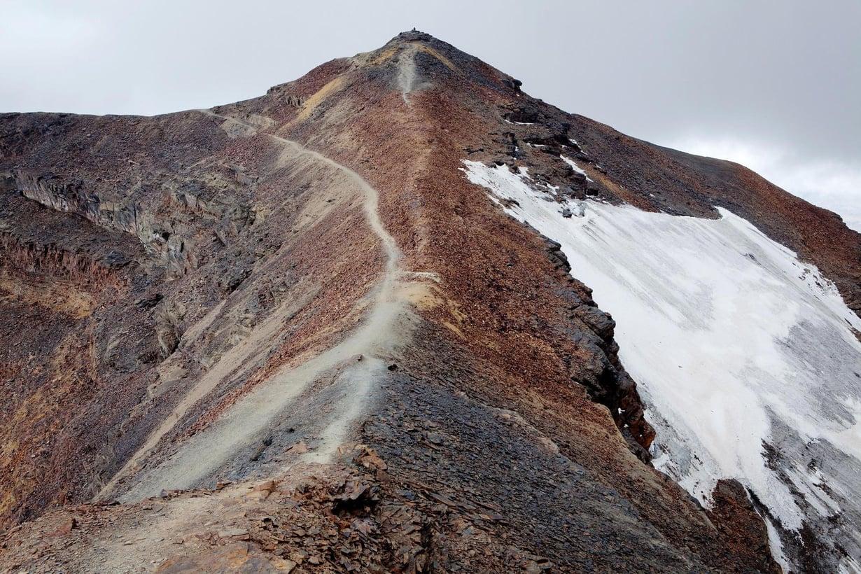 Chacaltayan jäätikön katoamista seurattiin tiiviisti, koska se on Bolivian tunnetuimpia jäätiköitä. Se katosi lopullisesti vuosikymmenen lopulla, jolloin vallitsi kuivuus ja ilmastoa lämmitti lisää sääilmiö El Nino. Kuva: Anders Birch/Laif