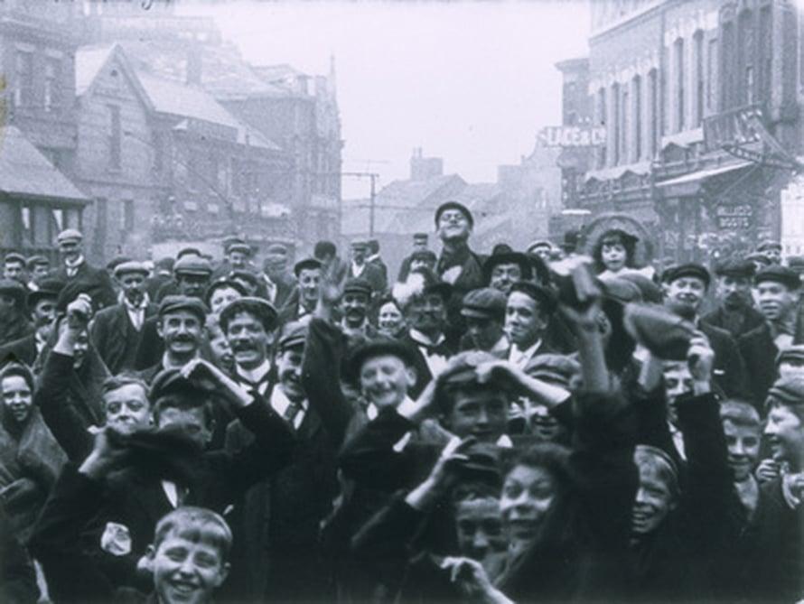 """Ihmiset vilkuttavat dokumenttielokuvassa vuonna 1902. Kuva: <span class=""""photographer"""">BFI National Archive, Mitchell & Kenyon collection</span>"""
