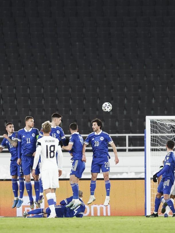 """Suomi pelasi tasan Bosnia ja Hertsegovinaa vastaan Olympiastadionilla MM-karsinnassa maaliskuussa. Kuva: <span class=""""photographer"""">Rio Gandara / HS</span>"""