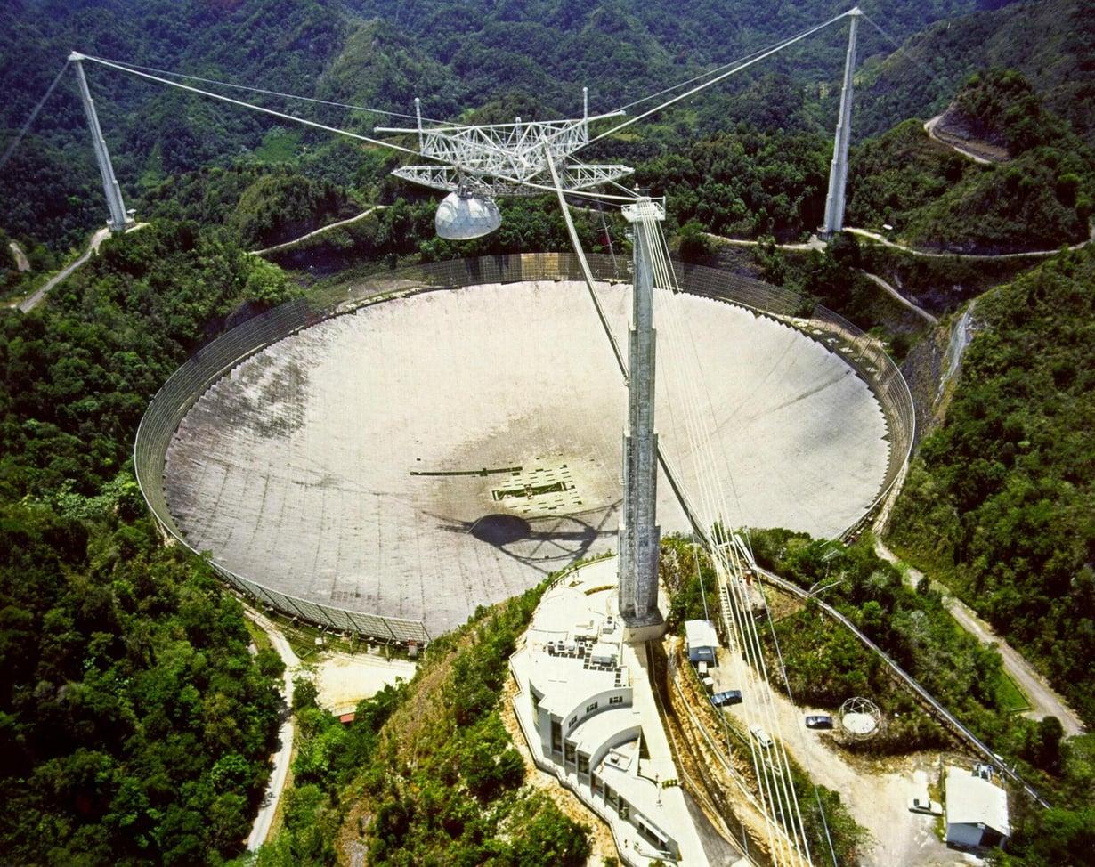 Arecibon teleskooppi Puerto Ricossa havainnoi avaruudesta kantautuvia radioaaltoja. Kuva: H. Schweiker/WIYN ja NOAO/AURA/NSF