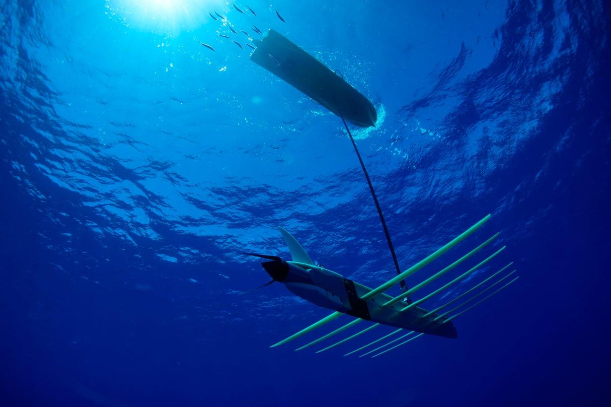 Liquid Roboticsin Wave Glider liikkuu nimensä mukaisesti aaltovoimalla. Sitä se kerää vedenalaisella siivekkäällä kölillä. Kuva: Liquid Robotics