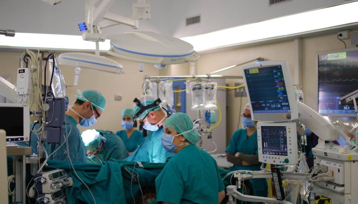 Musiikki kuuluu leikkaussaliin. Kuva: Wikimedia Commons
