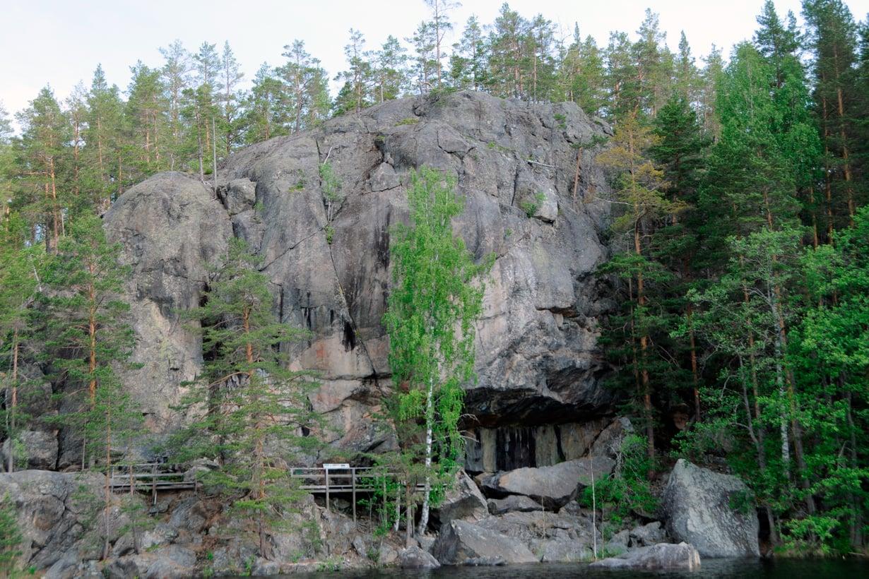 Astuvansalmen maalauskallion muodoista syntyvät ihmiskasvot. Ei ihme, että sitä pidettiin henkiolentojen kotina. Kuva: Antti Lahelma
