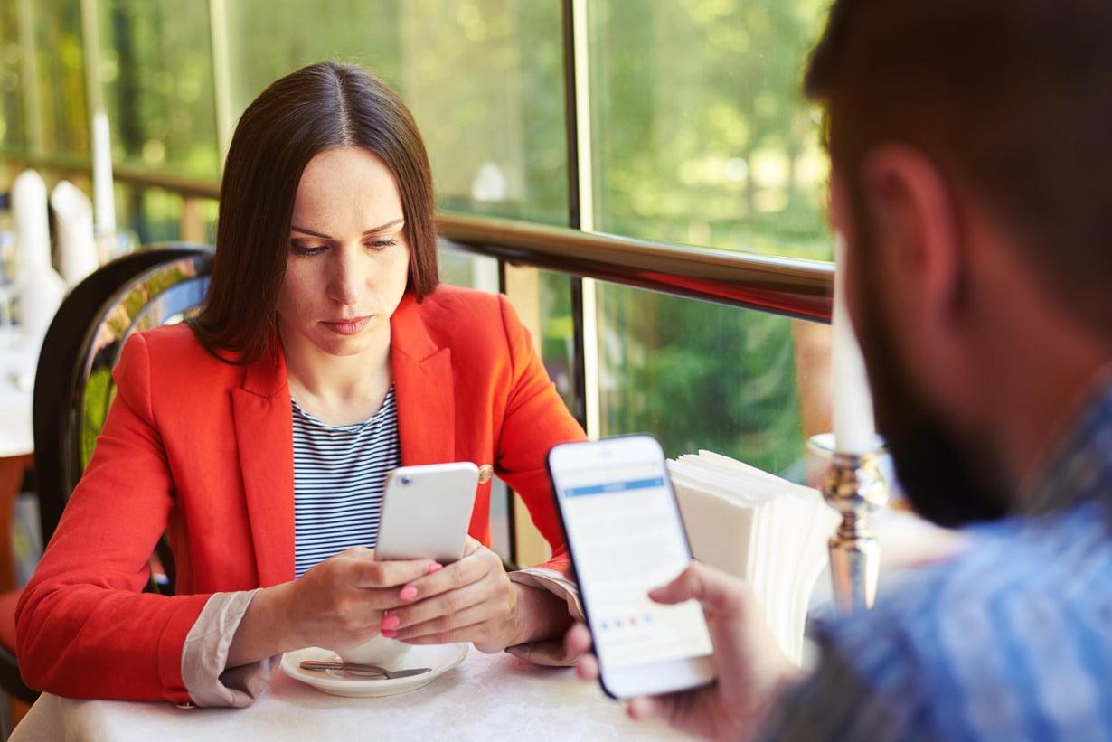 Kännykkä kiinnostaa meitä kovasti. Kuva: Shutterstock