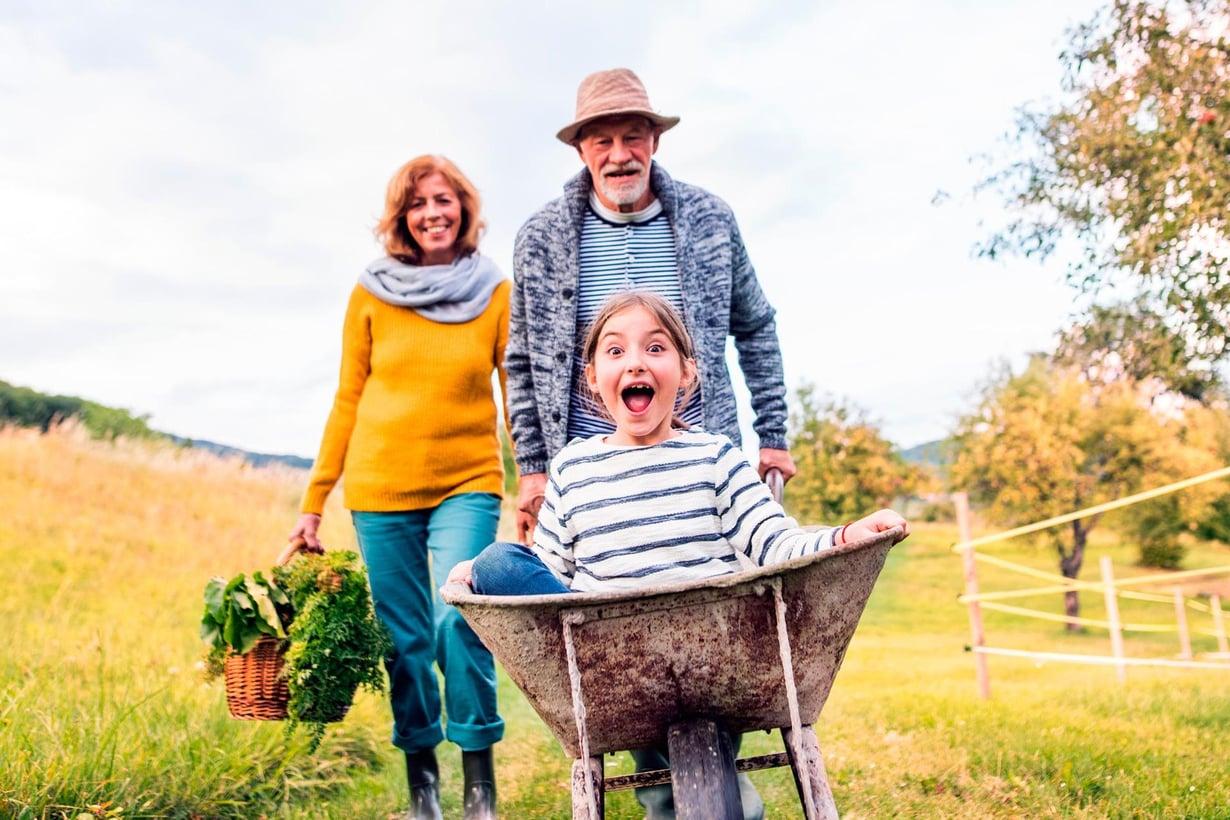 Aika tuntuu kuluvan eri vauhtia lapsena ja vahempana. Kuva: Getty Images