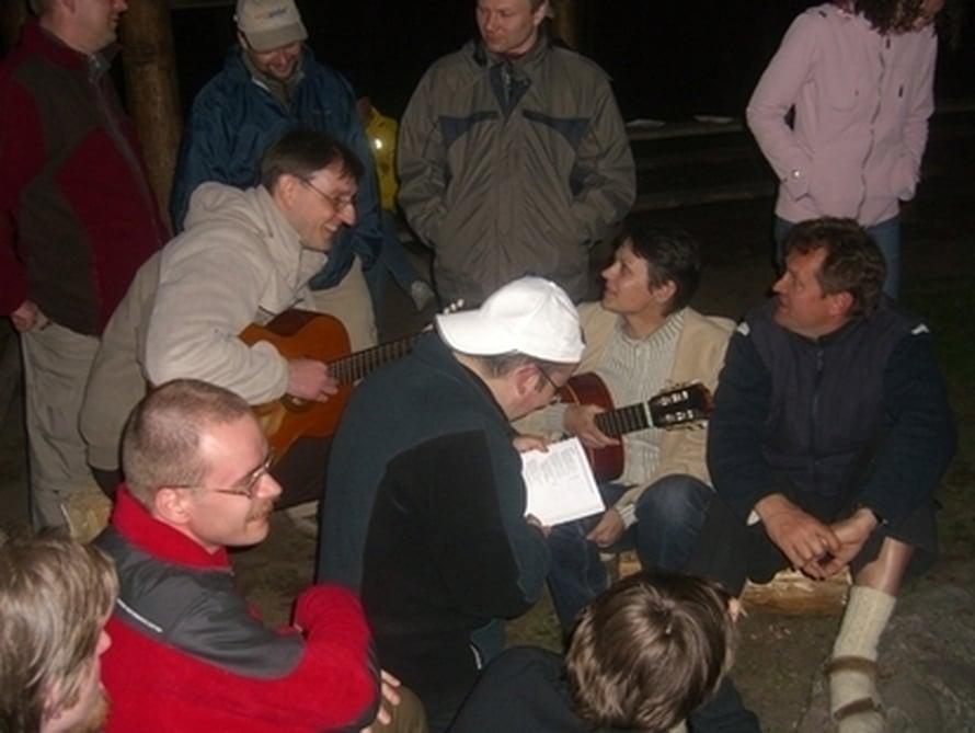 """Musiikki on osa ihmisten välistä sosiaalista viestintää. Kuva: <span class=""""photographer""""><a href= http://commons.wikimedia.org/wiki/File:Konferencja_Wikimedia_2007_-_ognisko_-_gitary.jpg>Wikimedia Commons</a></span>"""