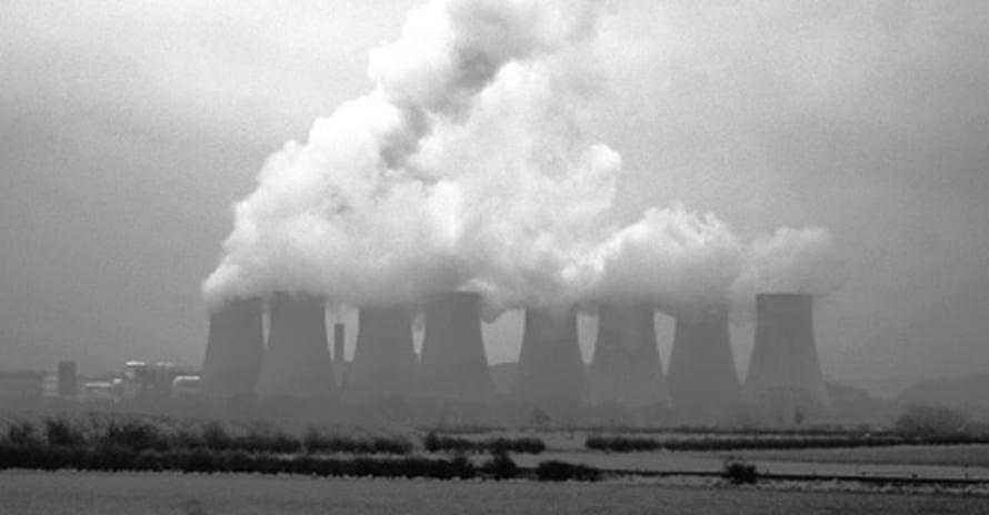 """Voimalaitoksissa alle puolet lämmöstä muuttuu sähköksi, loput energiasta hukataan jätelämpönä. Kuva: <span class=""""photographer""""><A HREF=http://en.wikipedia.org/wiki/File:RatcliffePowerPlantBlackAndWhite.jpg>Wikimedia Commons</A>.</span>"""