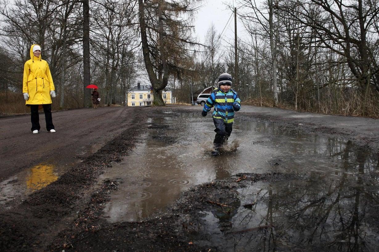 Luontoympäristö virkistää lapsen keskittymiskykyä. Kuva: Ville Männikkö