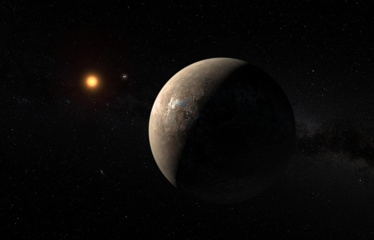 Taiteilijan näkymässä planeetta Proxima b kiertää punaista kääpötähteä Proxima Centauria. Näiden välissä näkyy lähellä oleva kaksoistähti Alfa Centauri AB kahtena pienenä pisteenä. Kuva: ESO/M. Kornmesser