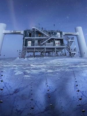 """Neutriino-observatorio Icecube on Etelämantereella maantieteellisellä etelänavalla. Se koostuu pitkistä ilmaisimista, jotka on upotettu pystysuoraan syvälle mannerjäähän. Kuva: <span class=""""photographer"""">NATIONAL SCIENCE FOUNDATION</span>"""