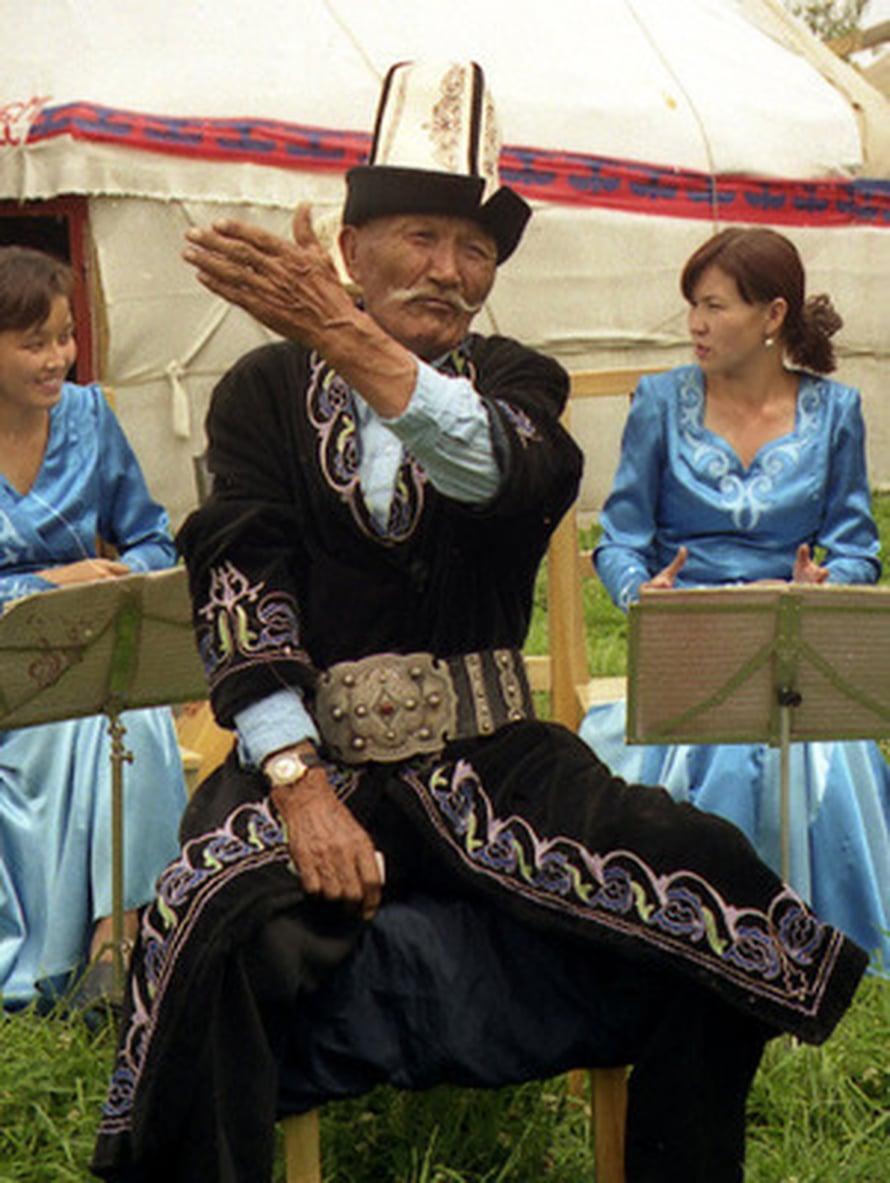"Kirgiisi muistelemassa kansallista legendaa. Kuva: <span class=""photographer""><A HREF=http://en.wikipedia.org/wiki/File:Kyrgyz_Manaschi,_Karakol.jpg>Wikimedia Commons</A>.</span>"