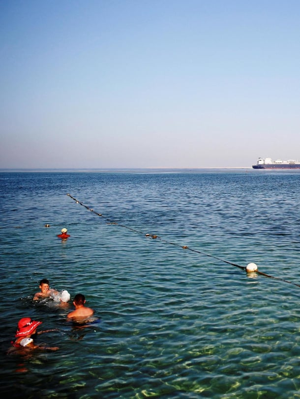 """Ihmiset uivat Punaisessa meressä Sharm el-Sheikhin turistikeskuksessa. Kuva: <span class=""""photographer"""">Reuters/Amr Abdallah Dalsh</span>"""