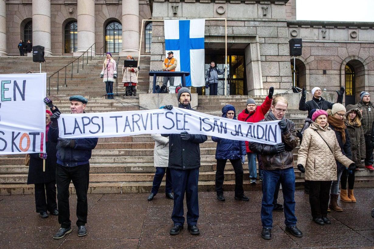 Sukupuolineutraalia avioliittolakia vastustettiin eduskuntatalon edessä 2014. Kuva: Markus Jokela
