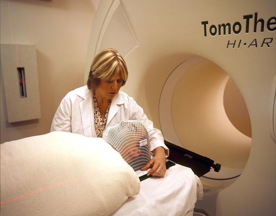 """Potilasta valmistetaan syövän sädehoitoon. Kuva: <span class=""""photographer"""">National Cancer Institute</span>"""