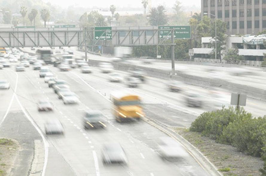 """Autot saattavat saastuttaa jopa enemmän, jos tankkiin on lisätty biopolttoaineita. Kuva: <span class=""""photographer"""">Kuvapörssi.</span>"""