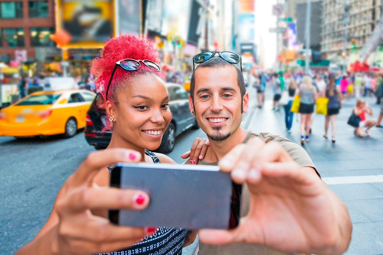 Yhdysvallat on hymymaiden ykkönen. Sen väestö koostuu 74 kansallisuudesta. Suomi kuuluu pidättyvien kärkeen. Kuva: Shutterstock