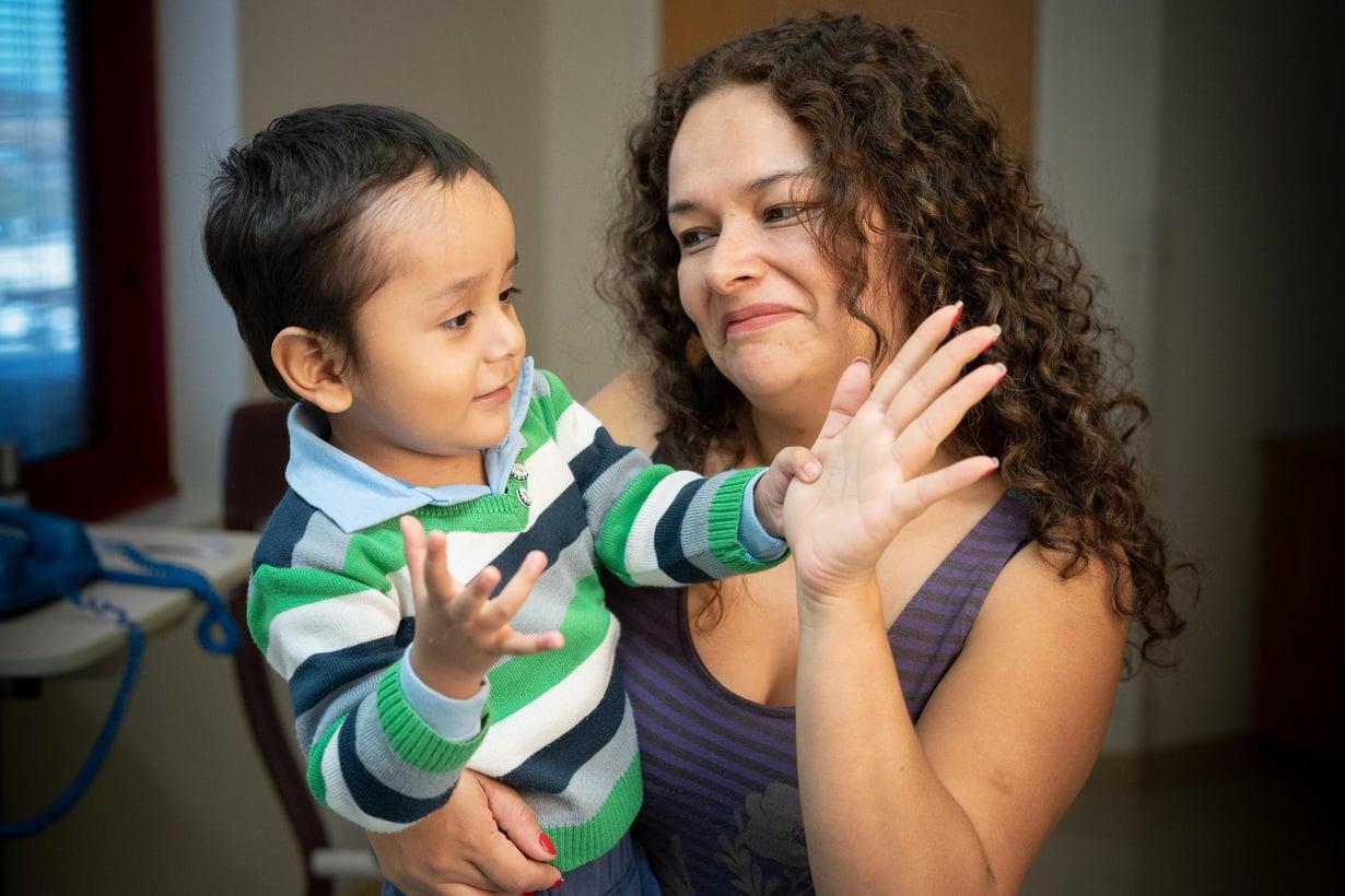 Äitinsä sylissä oleva Gael oli yksi pojista, jotka saivat uutta geenihoitoa St. Juden sairaalassa. Pojan immuunijärjestelmä parani täysin normaaliksi. Kuva: Peter Barta / St. Jude Children's Research Hospital