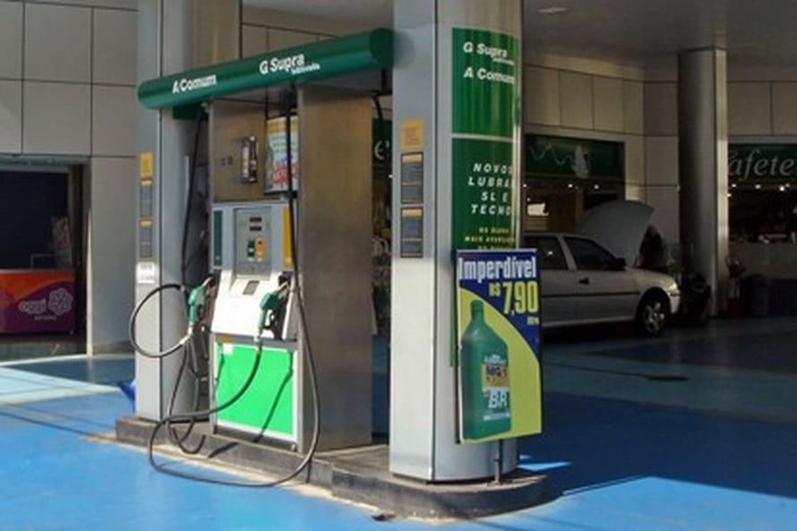 """Brasiliassa huoltoasemilta saa myös etanolia. Sen tuotanto voi aiheuttaa merkittävät hiilidioksidipäästöt. Kuva: <span class=""""photographer""""><A HREF=http://en.wikipedia.org/wiki/File:Sao_Paulo_ethanol_pump_04_2008_>Wikimedia Commons</A>.</span>"""