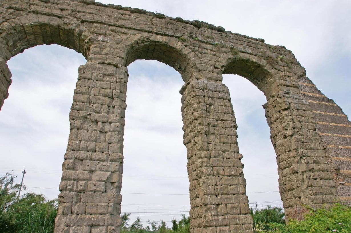 Antiikin Rooma tunnetaan vettä johtavista akvedukteista. Mutta roomalaiset levittivät myös lyijyä ilmakehään. Kuva: Shutterstock