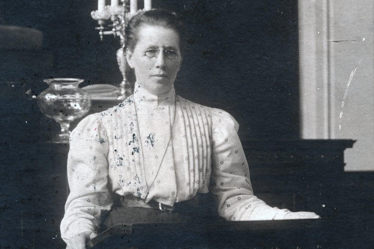 40-vuotias Miina Sillanpää valittiin kansanedustajaksi vuonna 1907. Eduskuntaan tuolloin nousseet 19 naista olivat maailman ensimmäiset naisparlamentaarikot.