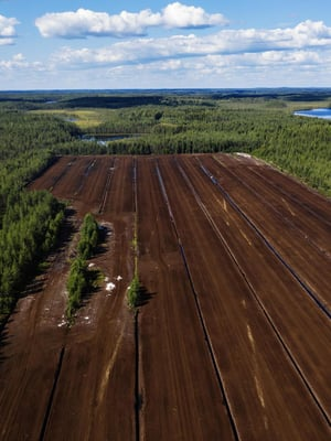 """Suot ja turvemaat kattavat noin kolmanneksen Suomen maapinta-alasta. Turvetta nostetaan Nivusnevan turvetuotantoalueella Parkanossa. Kuva: <span class=""""photographer"""">Kaisa Rautaheimo / HS</span>"""