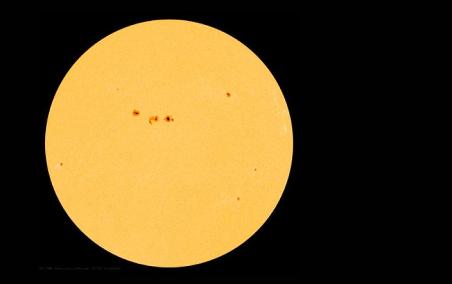 Auringon aktiivisuutta voi seurata auringonpilkuista. Niiden määrä vaihtelee 11 vuoden jaksoissa, mutta pidempiäkin syklejä tunnetaan. Pilkkusyklin nousukausi kestää 3–4 vuotta. Silloin pilkkuja syntyy runsaasti. Pilkkumaksimissa Aurinko vaihtaa magneettikenttänsä napaisuutta. Pilkkujakson laskukausi kestää 6–7 vuotta. Pilkkusykli ei aina noudata peruskaavaa. Esimerkiksi nykyinen jakso alkoi pari vuotta tavanomaisesta myöhässä, ja pilkkujen maksimimäärä jäänee noin puoleen tavanomaisesta. Pilkkumaksimi on usein kaksihuippuinen, jolloin huippujen väli on muutamia vuosia. Nyt käynnissä olevassa pilkkujaksossa ensimmäinen huippu oli vuonna 2012, seuraava voi olla 2014. Kuva: Nasa