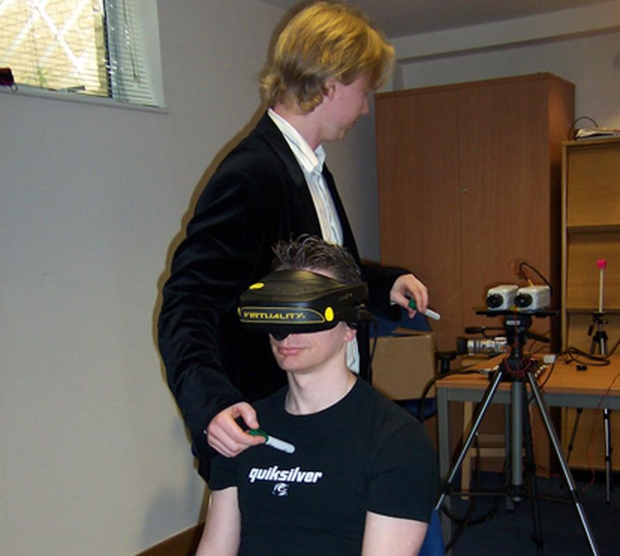 """Testijärjestely sotkee kokelaan aivojen vastaanottamat aistimukset, ja tämä tuntee irtautuvansa kehostaan. Kuva: <span class=""""photographer"""">Henrik Ehrsson</span>"""