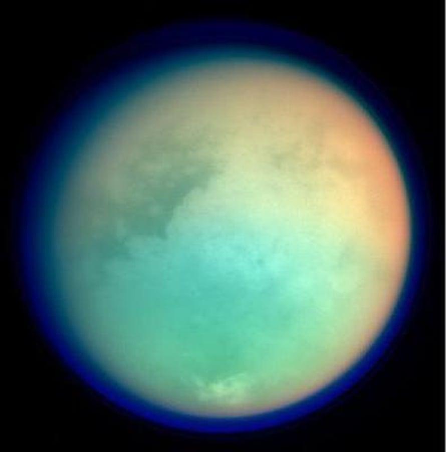 """Titan näyttää pallolta, mutta Cassinin mittausten mukaan se on navoiltaan litistynyt. Kuva: <span class=""""photographer"""">Nasa</span>"""