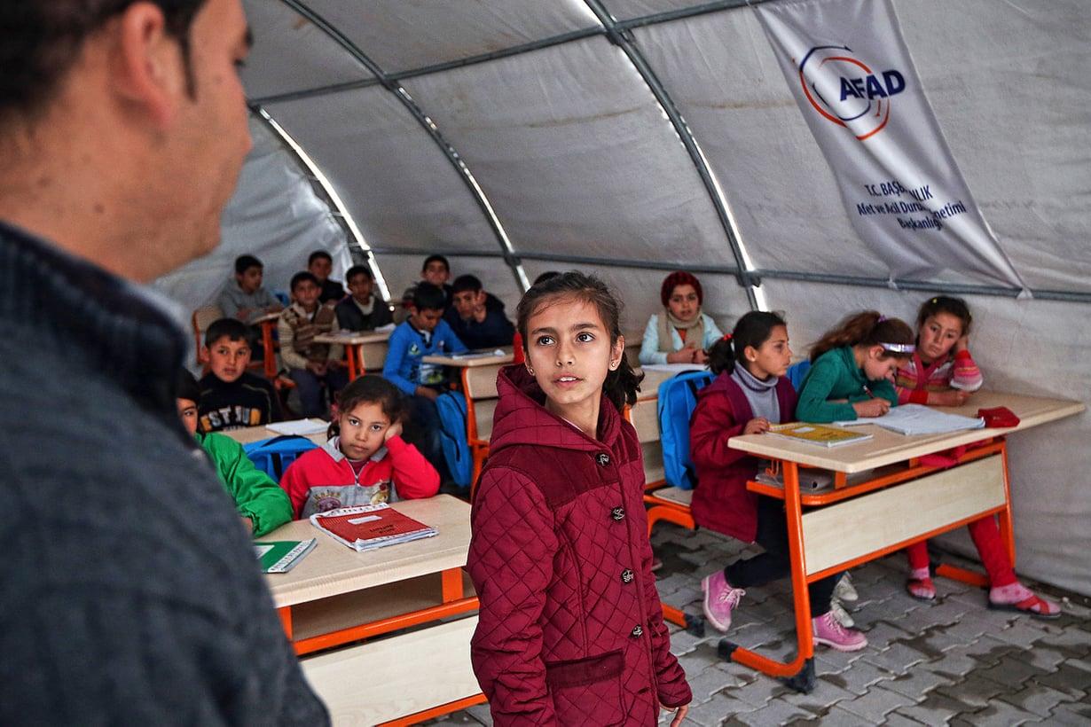 Pakolaisleireillä koulut koettavat parhaansa mukaan pitää lapset kiinni normaalin elämän  syrjässä. Kuva: Getty Images