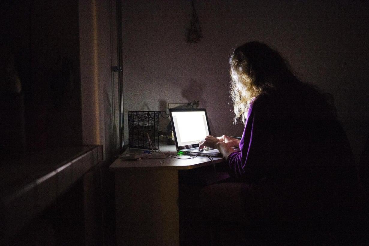 Illanvirkut valvovat luontaisesti myöhään ja nukkuvat aamulla pidempään, mutta yhteiskunta ja työelämä pyörivät pitkälti aamuvirkkujen rytmissä. Kuva: Emilia Kangasluoma / HS