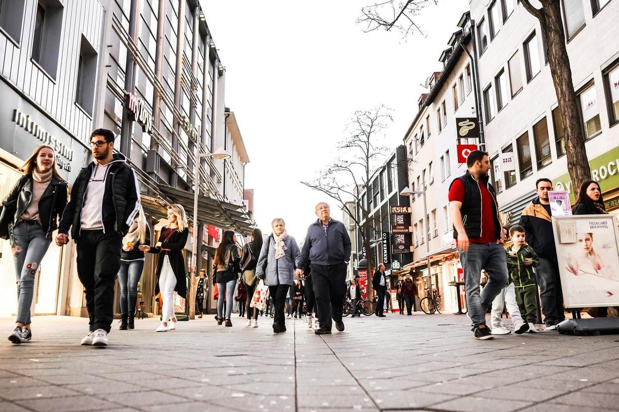 Kävely tekee hyvää niin vanhoille kuin nuorillekin. Kuva: Shutterstock