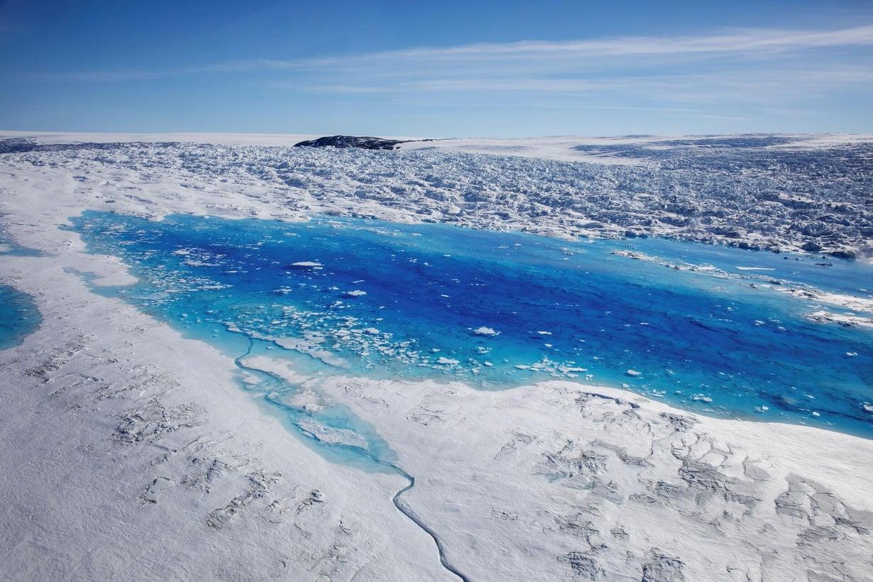 Jäätiköstä sulanut vesi on kertynyt lammikoksi itäisessä Grönlannissa Tasiilaqissa. Kuva: Reuters