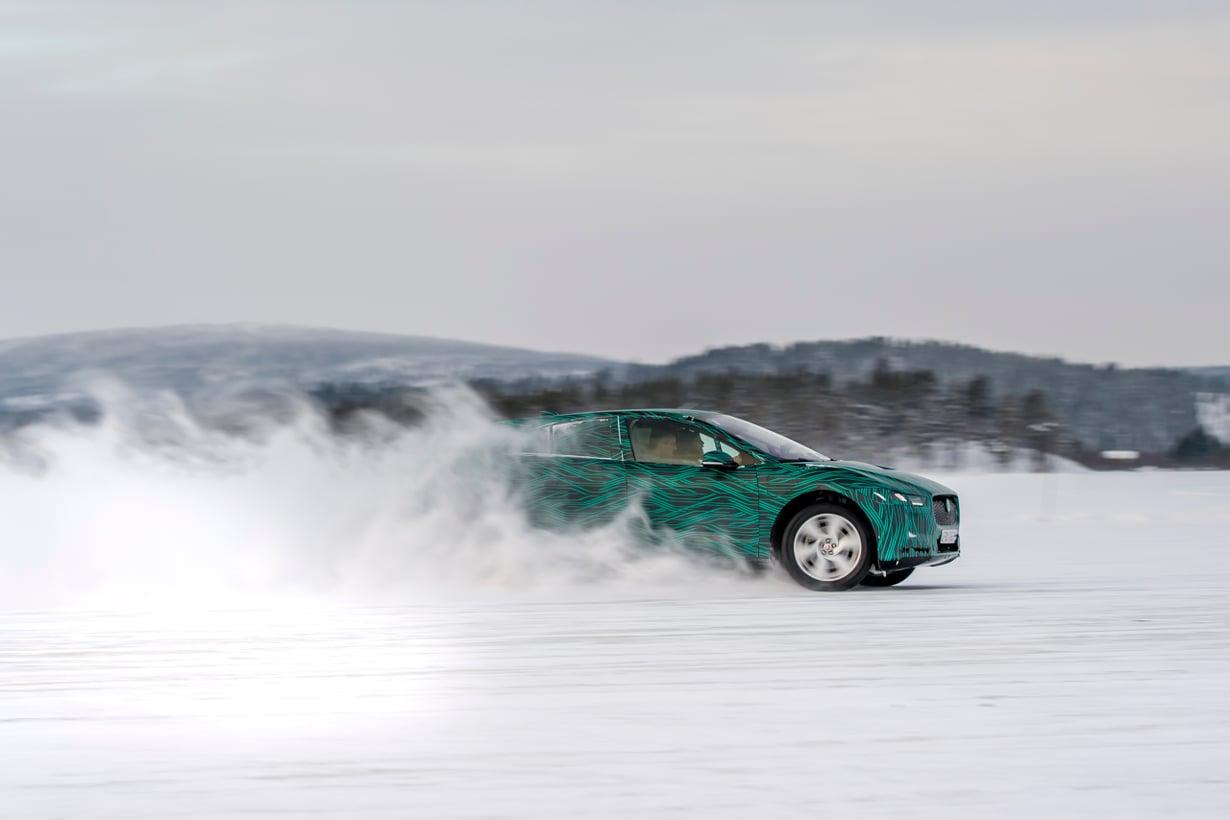Jaguarin sähkömalli I-PACE ei säiky kylmää. Sitä on testattu Ruotsissa 40 asteen pakkasessa. Kuva: Jaguar