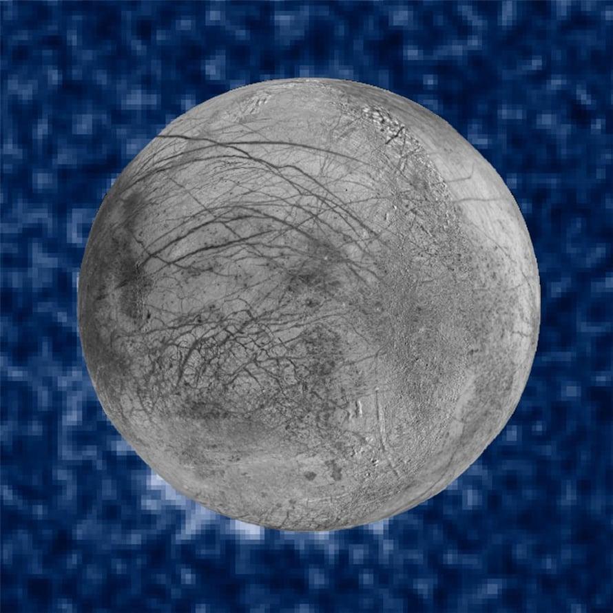 """Yhdistelmäkuvassa näkyy kello 7:n kohdalla mahdollisia vesisuihkuja Europan pinnalla. Taustalla on Jupiterin pinta. Kuva: <span class=""""photographer"""">Nasa</span>"""
