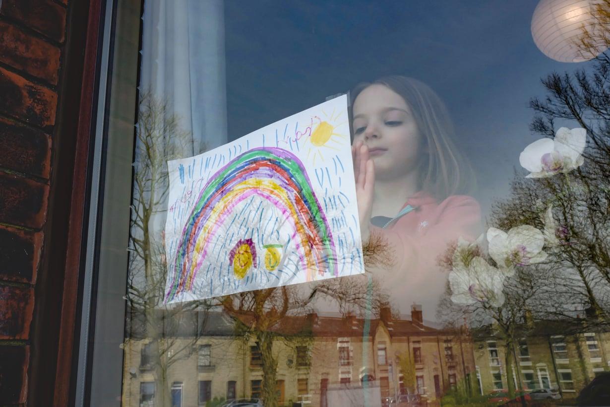 Koronakeväänä Britanniassa kiinnitettiin sateenkaaria ikkunoihin yhteishengen ja toivon merkiksi. Kuva: Getty Images