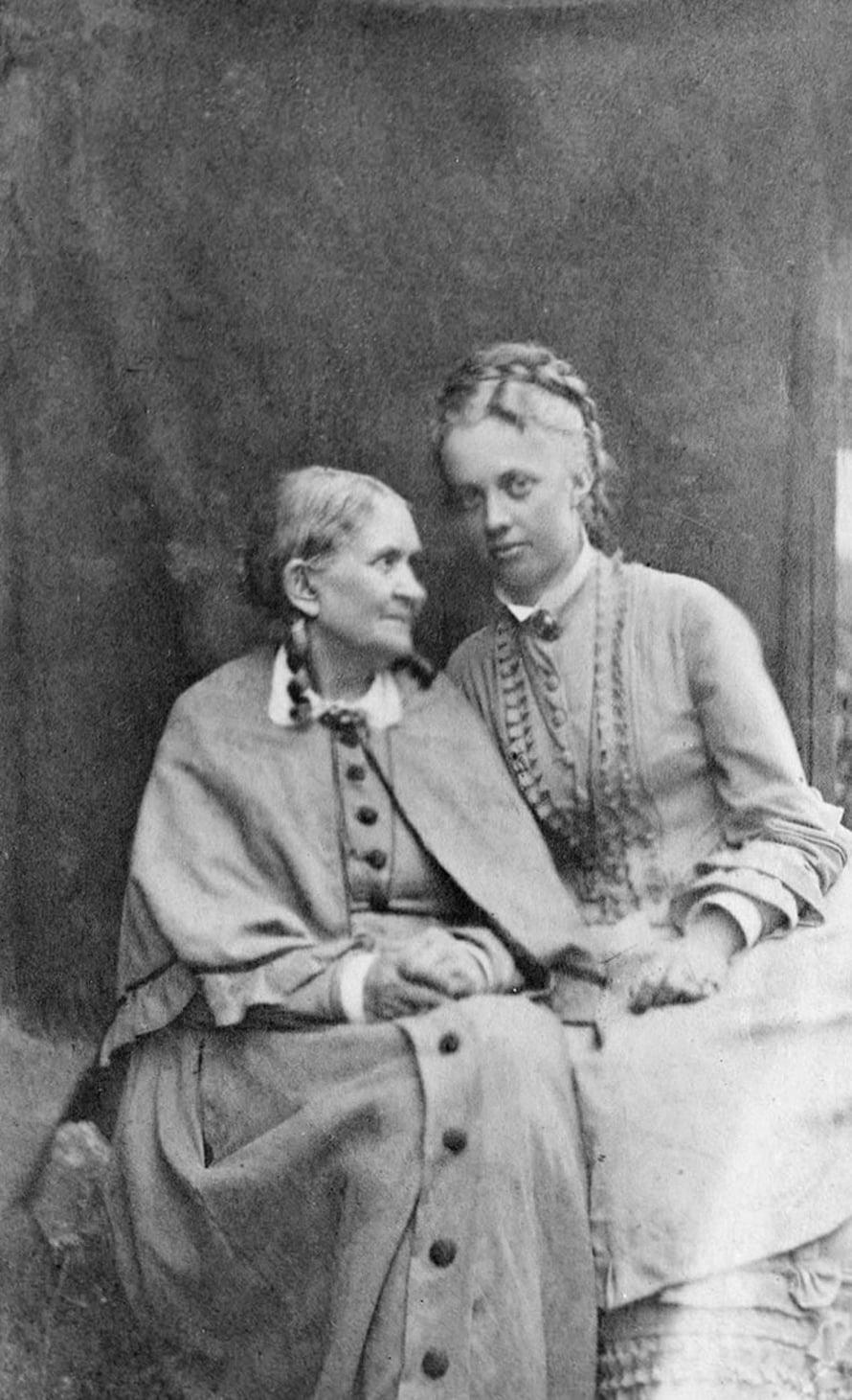 Johan Ludvig Runebergin (1804–1877) vaimon Fredrika Charlottan (1807–1879) trendinimi tuli isä-Fredrikiltä ja kruununprinssin vaimolta. Nimi periytyi pojalle, joka otti kuvan 1875. Tuolloin hänen kihlattunsa Charlotte-nimi oli Suomessa jo yleinen.