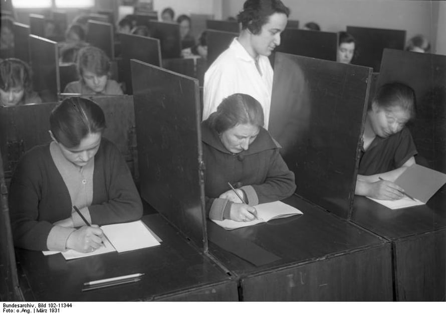Saksalaisnaiset pähkäilevät älykkysytestiä vuonna 1931.