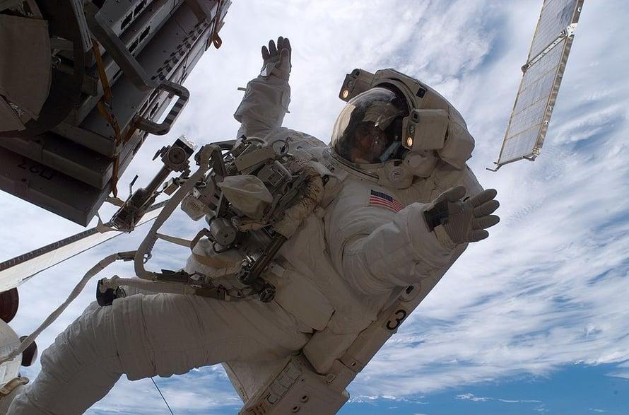 Astronautti Sunita Williams avaruuskävelyllä Kansainvälisellä avaruusasemalla vuonna 2006.
