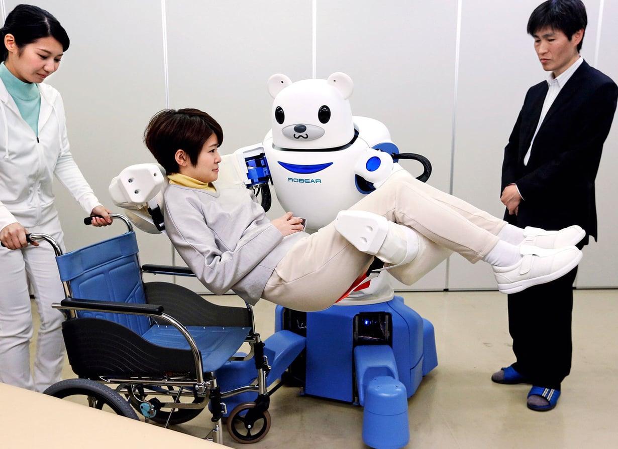 """Japanilainen Robear nostaa  potilaita  """"terveyttään""""  riskeeraamatta. Kuva Getty Images"""