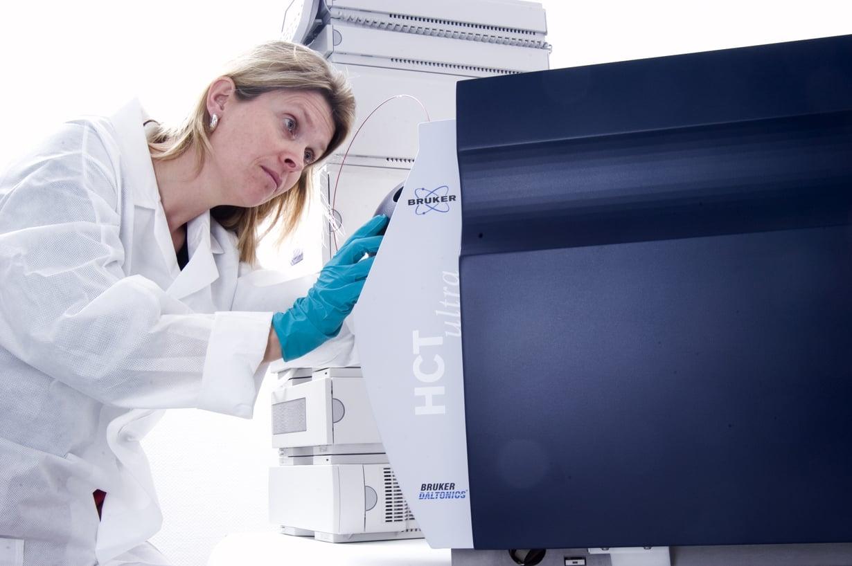 Massaspektrometrillä analysoitavien molekyylien on oltava ionisoituneita. Ionisoimisen voi tehdä pinnoitetulla mikrosirulla.