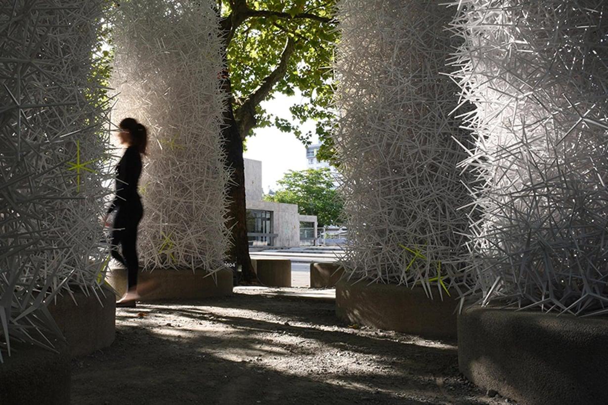 Piikikkäistä rakenteista syntyi risupesää muistuttava paviljonki. Mitään sidosaineita ei tarvittu.
