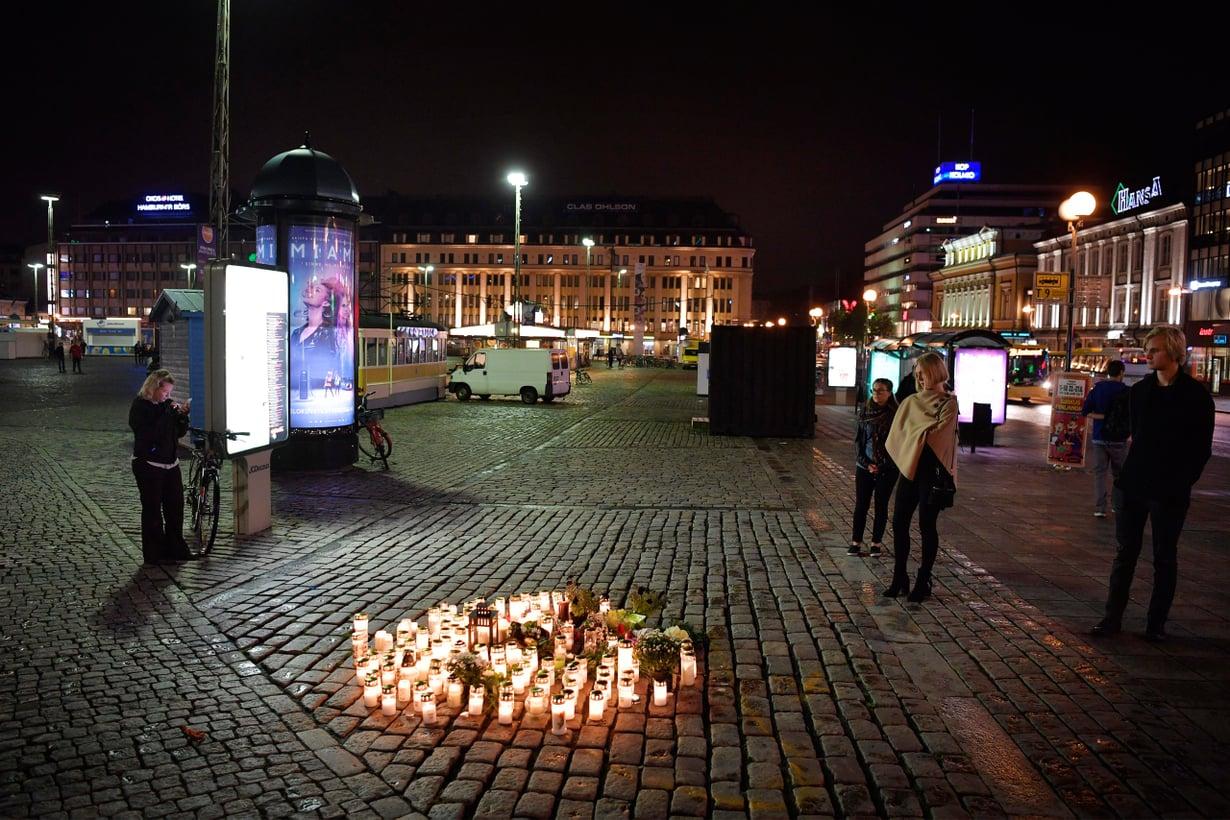 Puukotusisku Turun kauppatorilla 18.8.2017 pysäytti suomalaiset suremaan ja kysymään, miten terrorismia voisi ehkäistä. Kuva: Lehtikuva