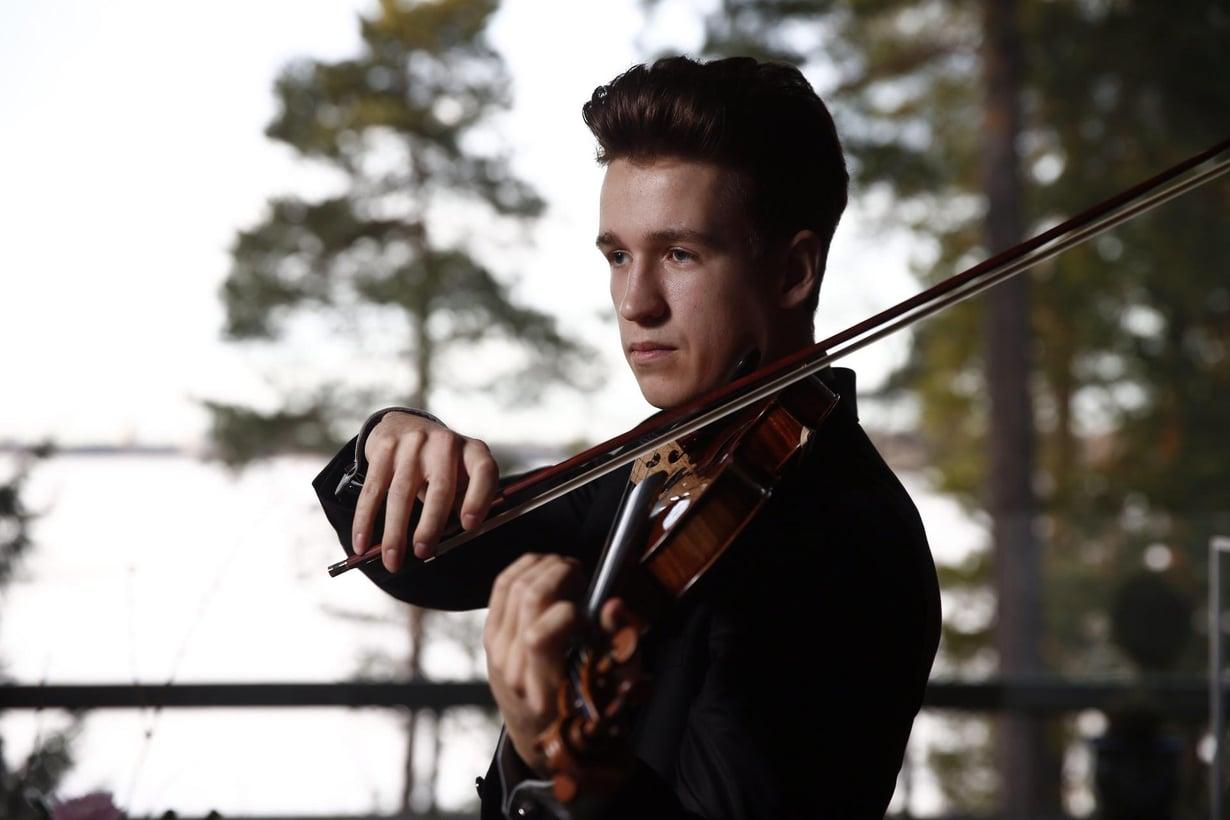 Nuori viulisti Kasimir Uusitupa soittaa lainattua stradivariusta. Kuva: Rio Gandara / HS