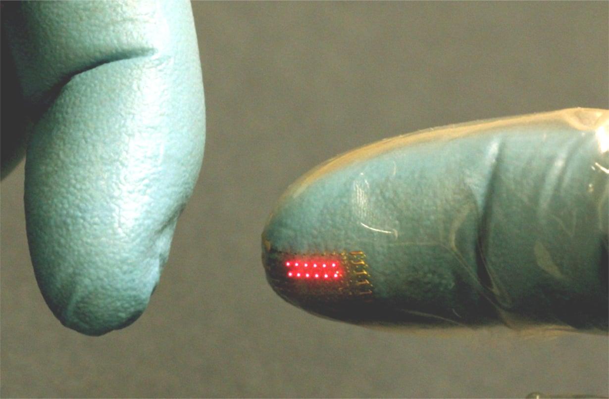 Led-kalvo valaisee kirurgin sormenpäät.
